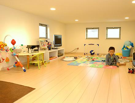 天井の高いリビングと子供の遊び場にもなる大収納空間のある家