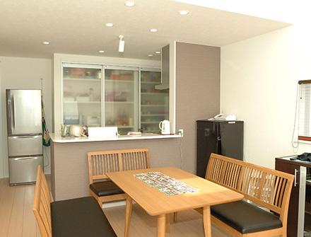 大収納空間と開放的なリビングが特徴的な2.5階建ての家