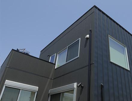 ウッドデッキ、ルーフバルコニーを装備したキューブ型ローコスト住宅
