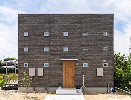 暮らしの真ん中に「庭」があるキューブ型コンパクトハウス
