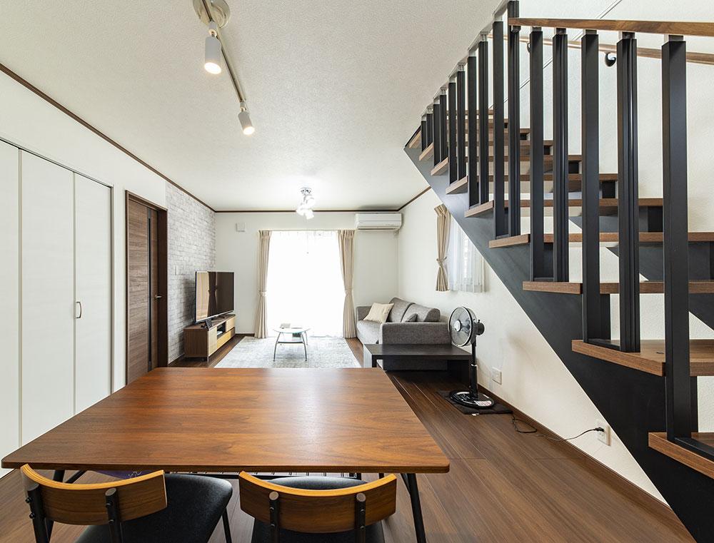 収納とスペース活用にこだわった、リビング階段の家