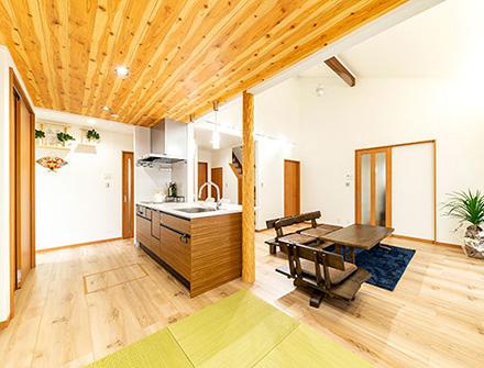 大屋根の下に心地良さとやすらぎが広がる和モダンの家