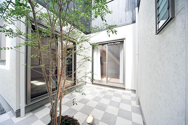 プライベート空間のある中庭付きの住宅