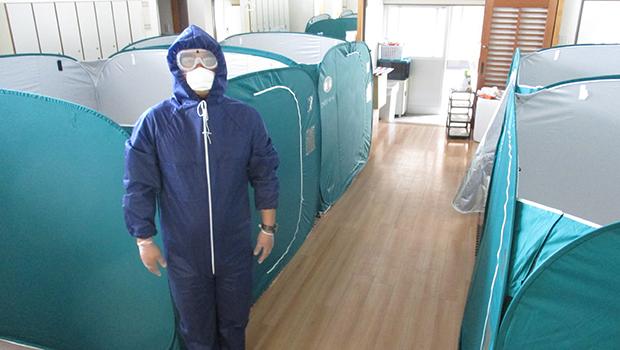 コロナに備え、隔離棟の確保 施設内に災害用テントを設置