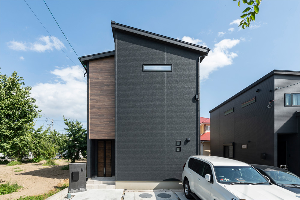 大収納空間「蔵」をプラスした、ブラック基調のZEH住宅